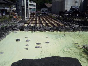 湯畑は観光客で賑わっていた